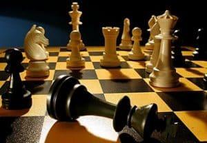 Imagen con piezas del ajedrez en el tablero jaque mate