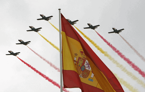 Aviones dejando una estela con los colores de España y la bandera rojigualda