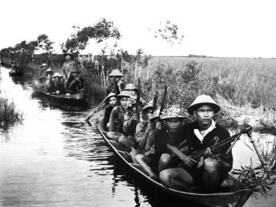 Guerrilleros del Vietcong en barca