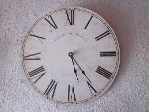 reloj con esfera en números romanos