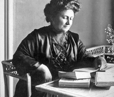 Maria Montessori reading