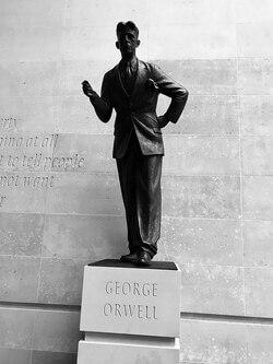 Estatua George Orwell BBC Londres